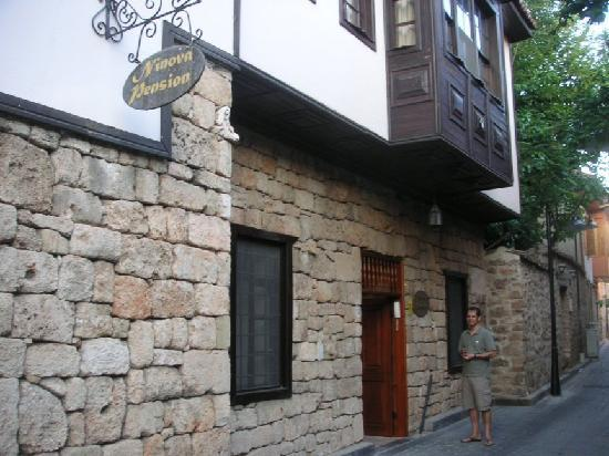 Ninova Boutique Hotel: the entrance with the manager