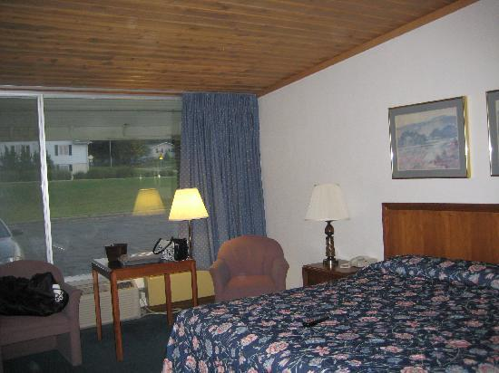 Karakahl Country Inn: Our huge room