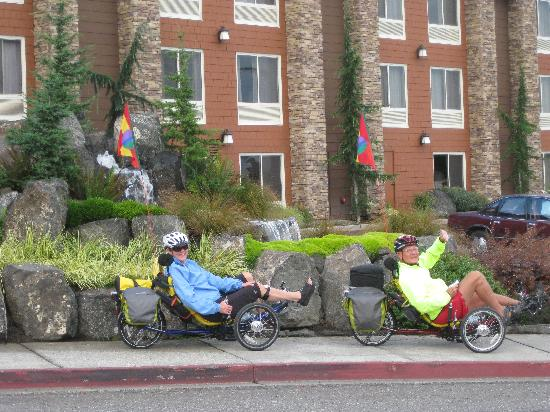 Olympic Lodge: Front of hotel and our trikes