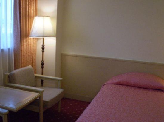 Emperor Hotel : 部屋は、普通でした。ただ電源を切ると、すべての電気が消えてしまい真っ暗になりました。しかたがないので、備え付けの懐中電灯を枕元だけ照らしていました。