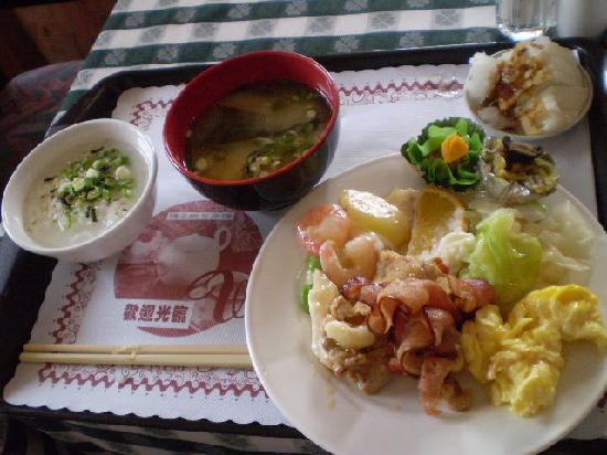 Emperor Hotel : 朝食は、バイキング!サラダがデザートの所にあったので、1日目は気付きませんでした。2日目はしっかり食べました。