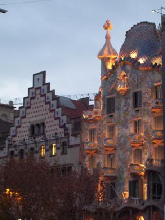 Ibis Barcelona Cornella : Casa Battlo e Amattler