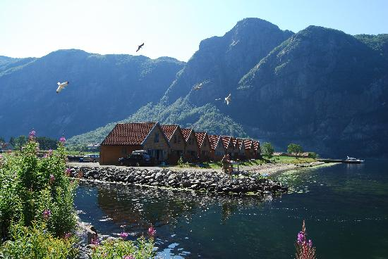 Frafjord Hytteutleie: View on the cabins; cleaning the fish