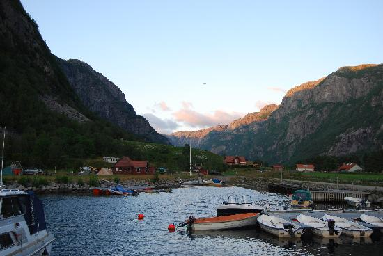 Frafjord Hytteutleie: View from entry to the cabin: parking for boats, reception building (red in the middle) and a bi