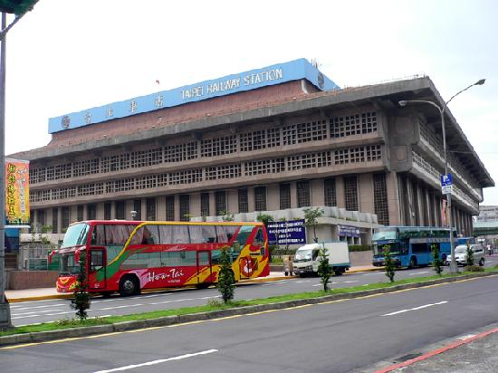 Cosmos Hotel Taipei: ホテル脇より台北駅を望む