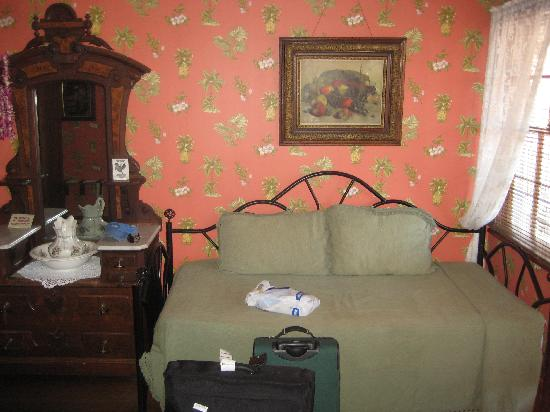 Lahaina Inn: day bed in room