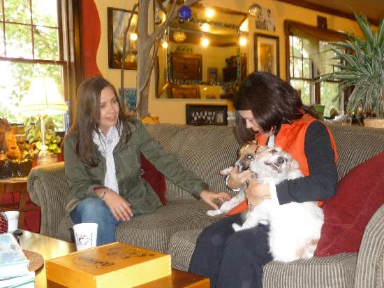 The Meadowlark Inn Cooperstown: Comfortable chats with good coffee