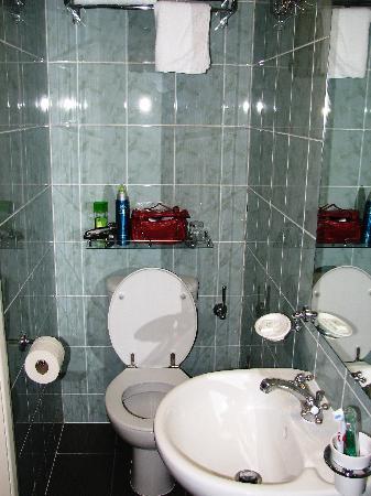 ลูน่า & ซิโมน โฮเต็ล: Bathroom