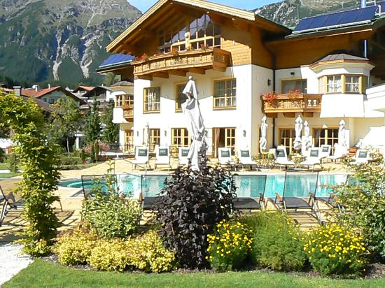 Singer Sporthotel & SPA : vue du SPA et de la piscine extérieure