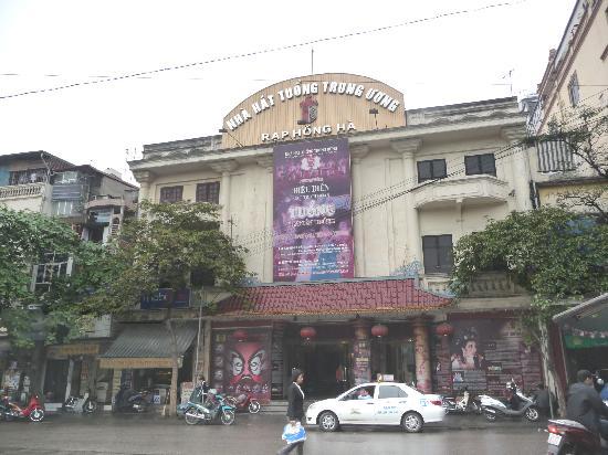 Nam Hai hotel: Teatro a sin. dell'hotel: spettacoloi divertenti in costumi tradizionali ed a basso prezzo.