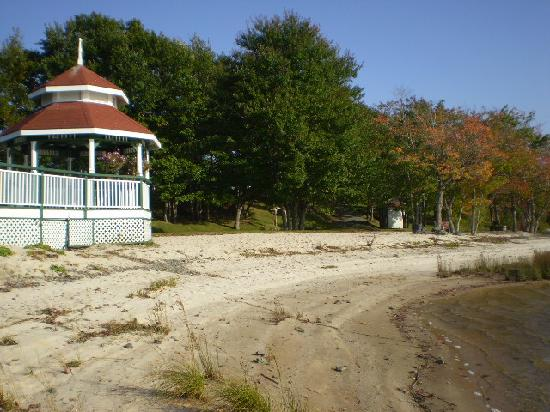 Inn on the Lake: Beautiful beach... even in the fall!