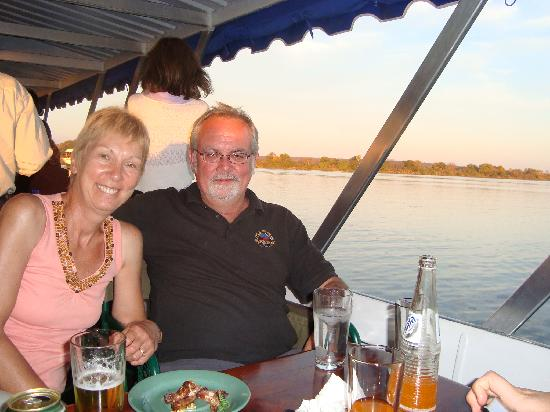 Drifters' Victoria Falls Inn: Sundowner cruise on the Zambezi: free bar, nice!