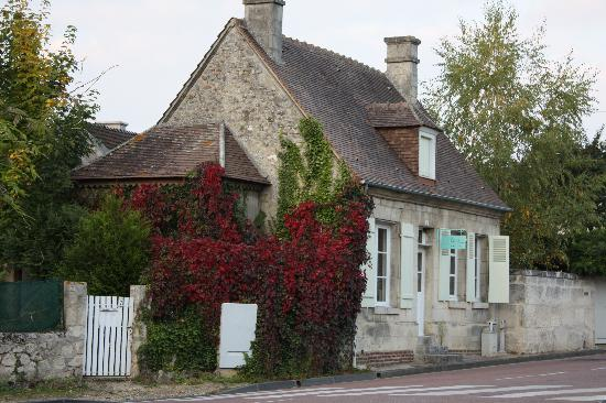 Saint-Jean-aux-Bois, Frankrike: A quaint house in the village