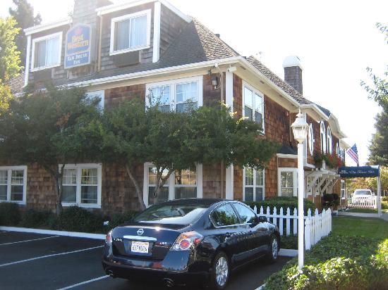 BEST WESTERN PLUS Elm House Inn : View from the street