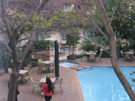 Protea Hotel by Marriott Johannesburg Balalaika Sandton: Our room is facing the pool