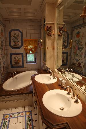 Chateau de Bissieux: Classic bathroom