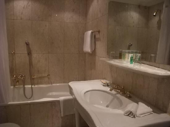 Dom Hotel Koeln: バスルーム