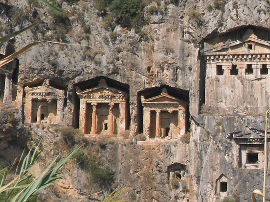 Hisaronu, Turkije: tombs from boat on dalyan trip