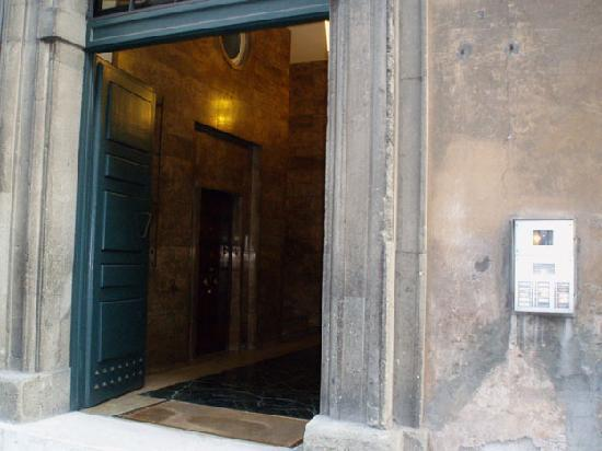 Hotel 2000 Roma: Front Door H2000