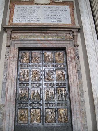 Vatican, Italie : foto tirada em 16/09/2009 - Porta Santa da Basílica de São Pedro.