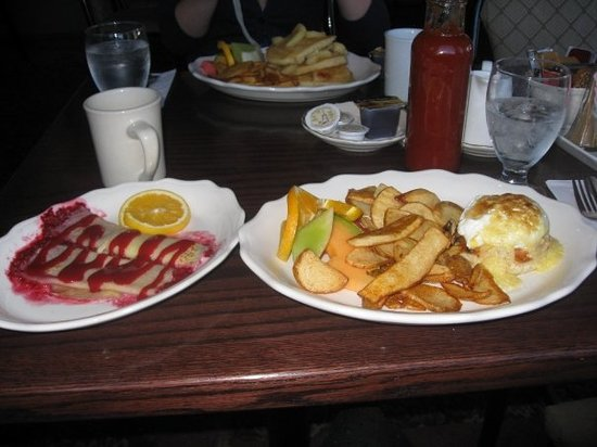 Chez Francois Restaurant: Eggs Benedict with sauteed mushrooms, potatoes and fresh fruit salad & raspberry crepes
