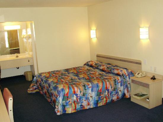 Motel 6 Tallahassee Downtown: Room 215
