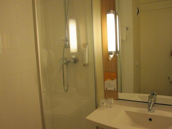 Hotel Ibis Lyon Bron Eurexpo : bathroom( dirty towels)