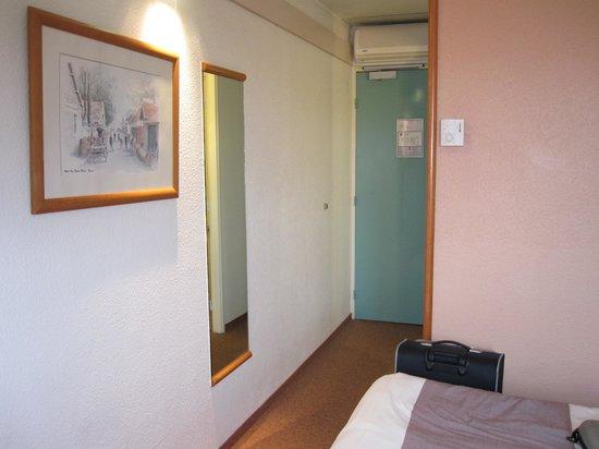 Hotel Ibis Lyon Bron Eurexpo : corridor/ room