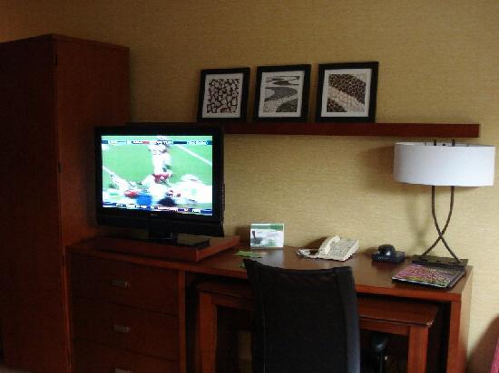 Courtyard Milwaukee Brookfield: TV/desk
