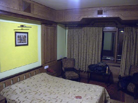 Dekeling Hotel: カーテンを開けると一面窓で、眺めもよい