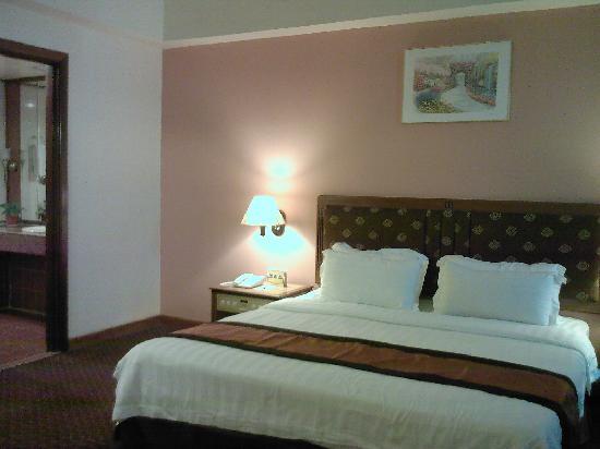 Crystal Crown Hotel Petaling Jaya: king bed.. comfy room