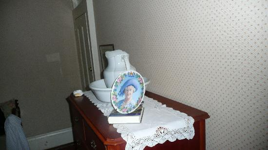 Nolan House B&B: Want the Queen Mother to gaze at you in bed all night?