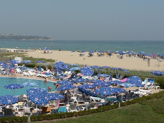 Hotel Riu Helios Bay: La piscine et la plage, vus de la terrasse du restaurant