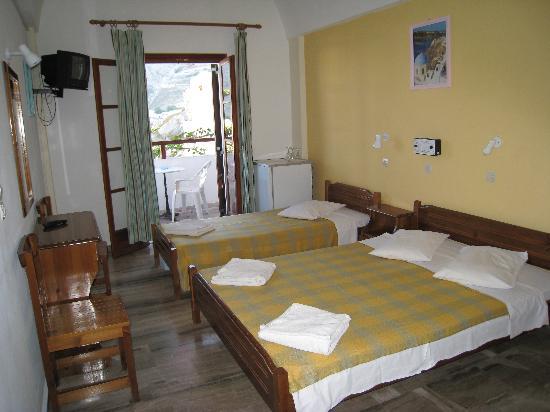 Estia Hotel: Room - 1st floor, two beds, cabinet, closet, TV, refrigerator, AC