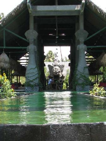 Hotel Tugu Lombok : pool & restaurant