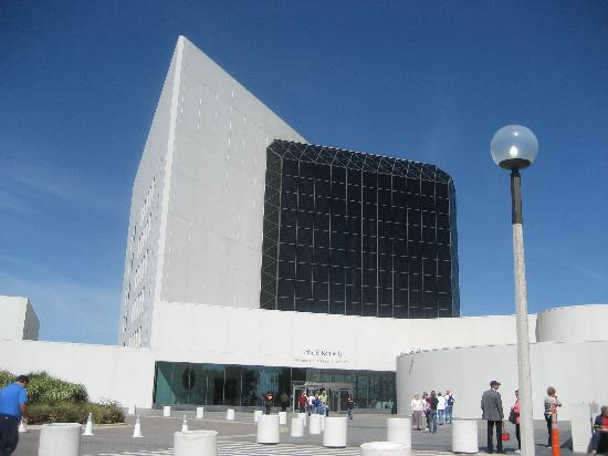 John F. Kennedy Presidential Museum & Library: 美しい海辺の博物館
