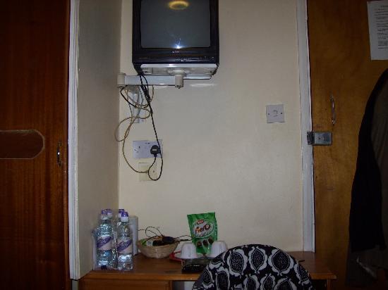 Astoria Hotel: Das Zimmer war klein, es gab anstatt des Schrankes so einen Verschlag mit einem Brett und einer