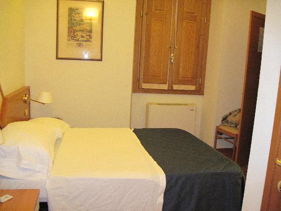 Hotel Axial: single 'superior' bedroom
