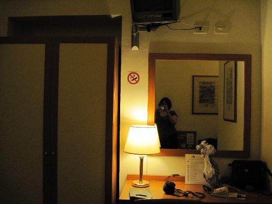 Hotel Axial: Single 'superior' bedroom - desk,TV and wardrobe