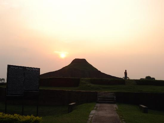 Ruins of the Buddhist Vihara at Paharpur: 遺跡と夕日