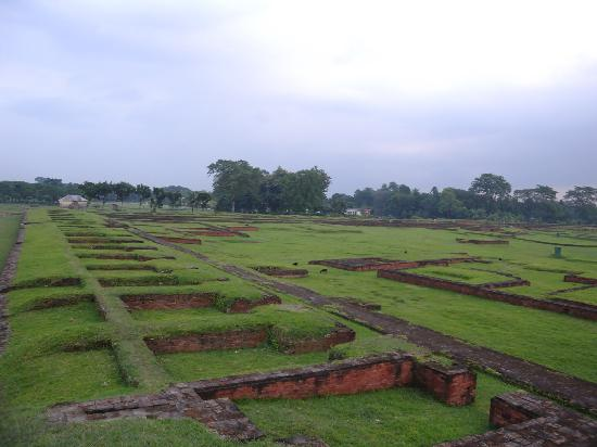 Ruins of the Buddhist Vihara at Paharpur: 僧院の跡