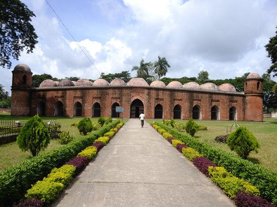 Bagerhat, Bangladesh: 無数のドームが威圧する