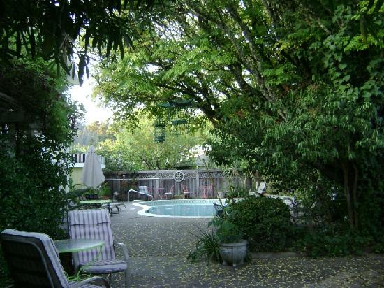 Chelsea Garden Inn: Beautiful Pool and sitting area