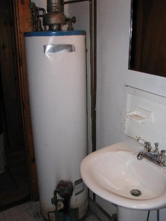 Georges Mills Cottages : Bathroom with water heater