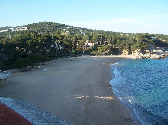 Hotel Costa Brava: Beach to the left from bedroom window
