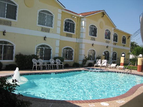 Quality Suites North: Pool and Spa