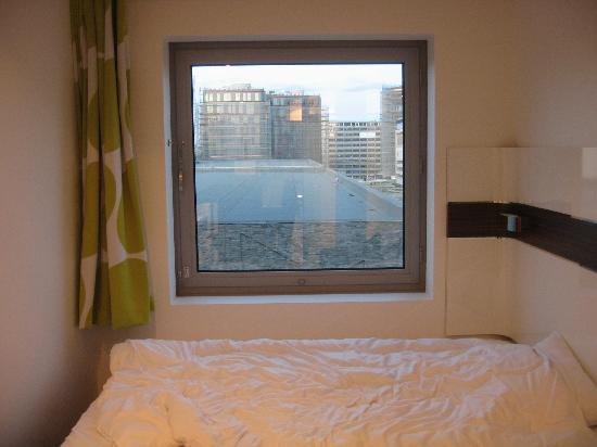 Wakeup Copenhagen Carsten Niebuhrs Gade: bed and squared window