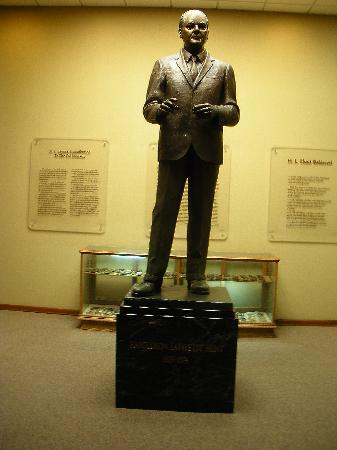 East Texas Oil Museum: Statue of oilman H.L. Hunt