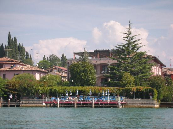 Hotel Catullo: Hotel from the Lake