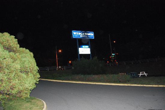Wedgewood Motel: sign